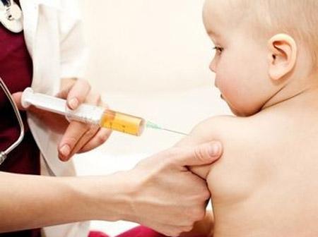 """Nhiều chuyên gia cho rằng việc tiêm vắc-xin viêm gan B cho trẻ em là không cần thiết vì """"hại nhiều hơn lợi"""". Ảnh minh họa: Word Press"""